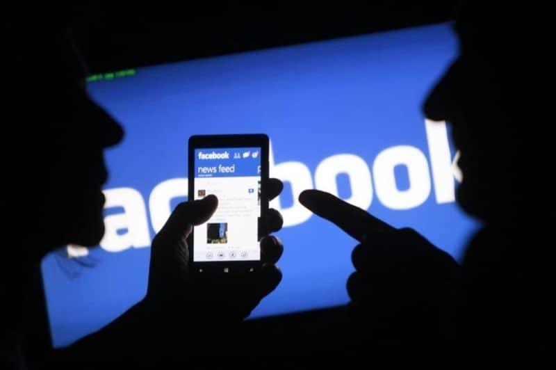 facebook logo con silueta personas