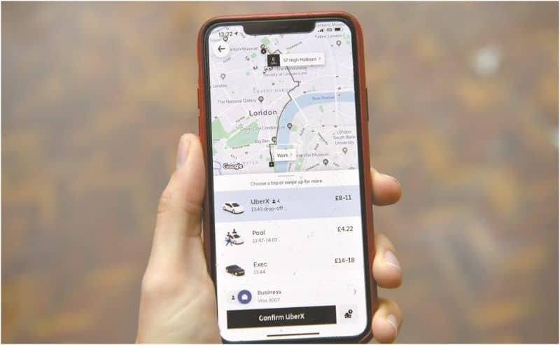 persona usando movil mapa uber