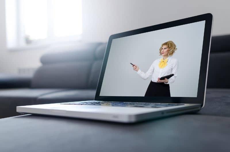 mujer en video laptop
