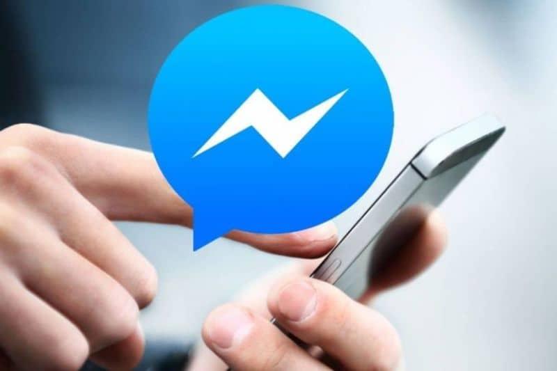 persona usando messenger
