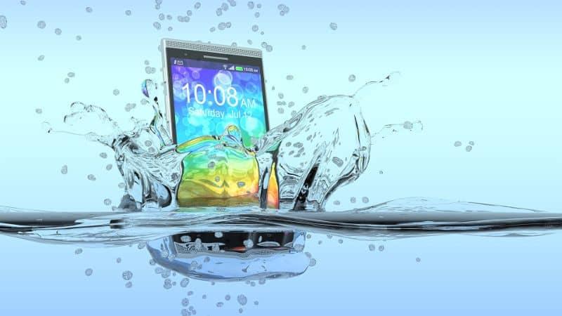 movil cayendo al agua