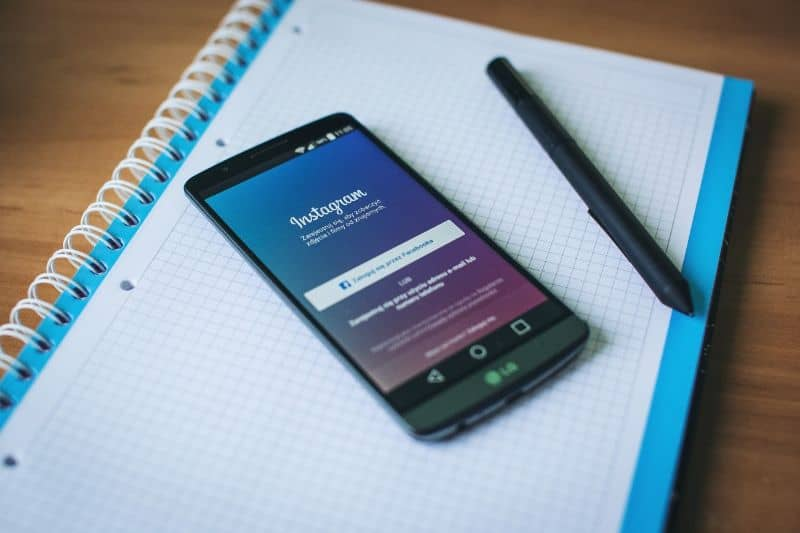 movil con aplicacion instagram con libreta