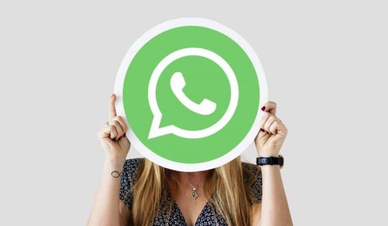 mujer con panfleto whatsapp