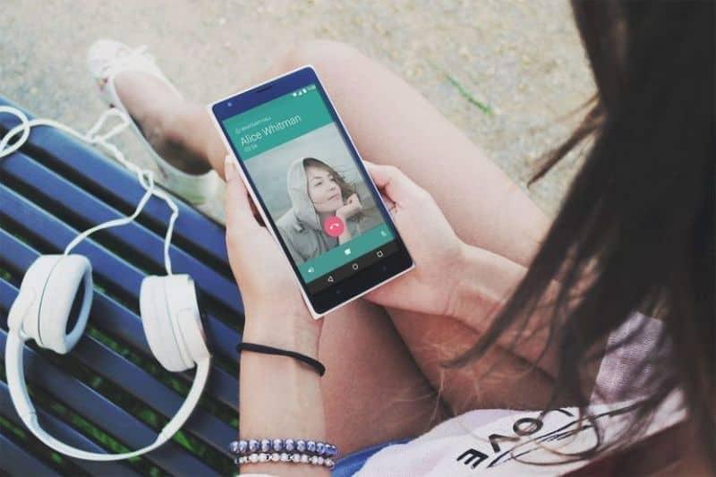 videollamada mujer audifonos