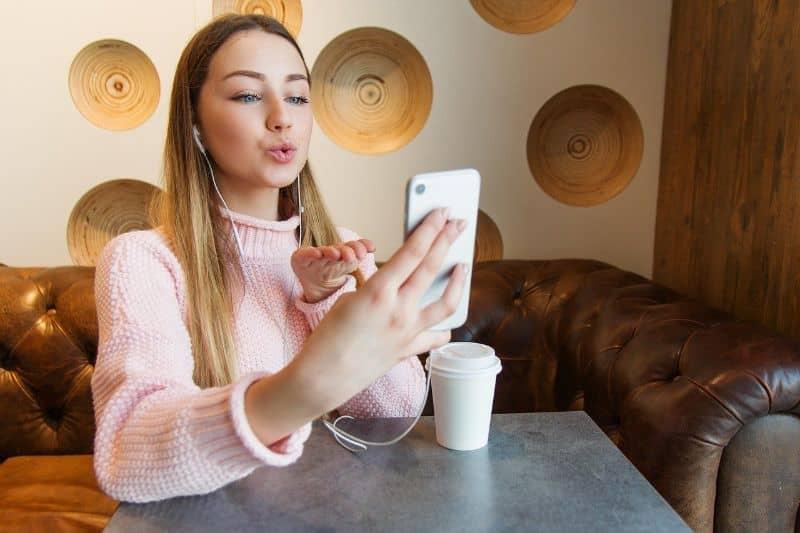 mujer en videollamada en cafeteria
