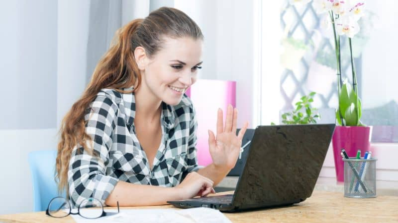 mujer en videollamada laptop