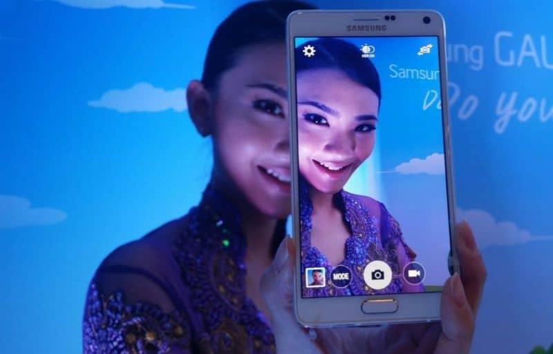 mujer tomando selfie luces azules