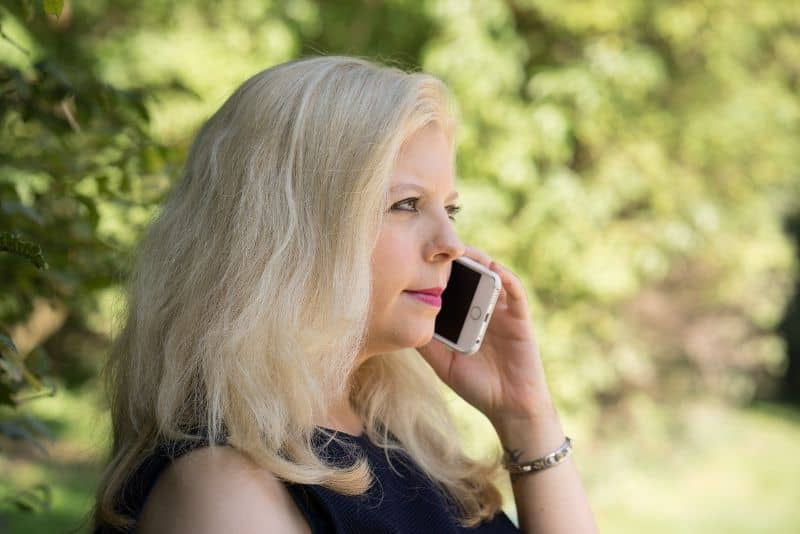 mujer llamando movil