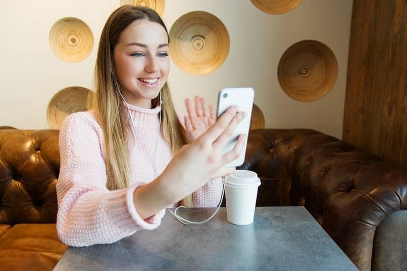 mujer haciendo video llamada