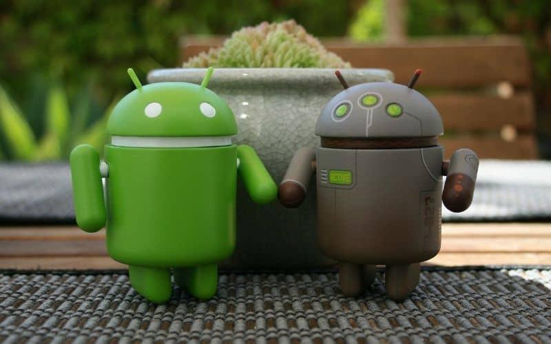 android verde y negro de la mano