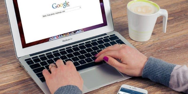 hombre manejando google chrome