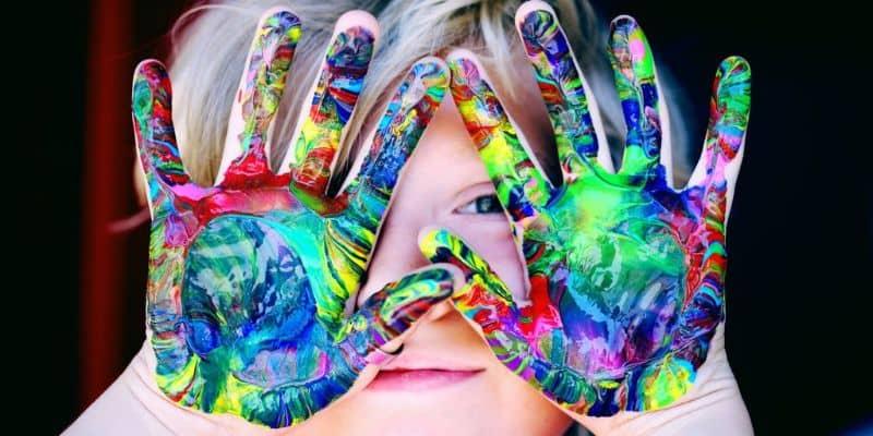 nina con las manos pintadas