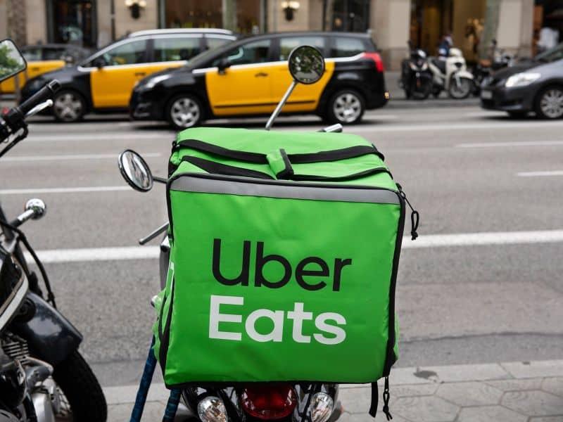 repartidor en moto uber eats