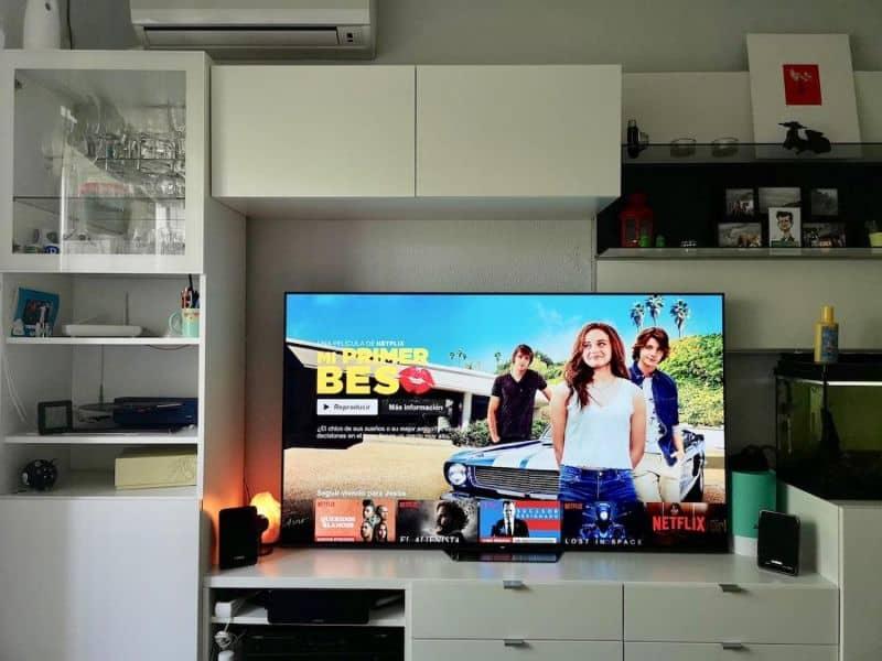 smart tv encendido en sala