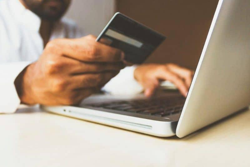 introduciendo tarjeta de credito en laptop