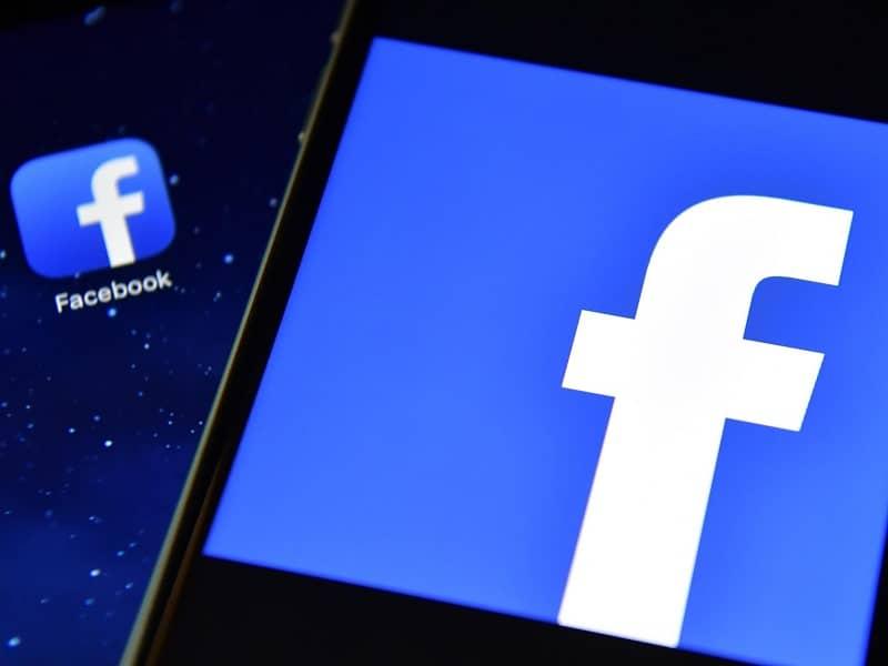telefono con pantalla de facebook