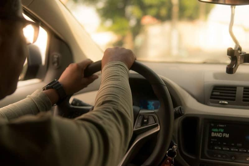 hombre manejando carro