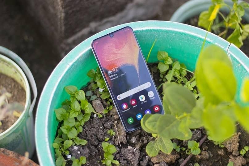 celular sobre matero verde