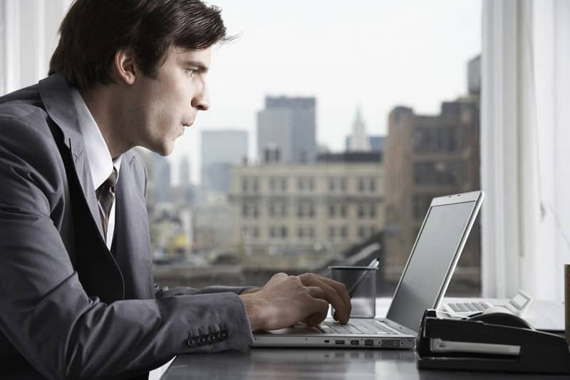 hombre manejando laptop