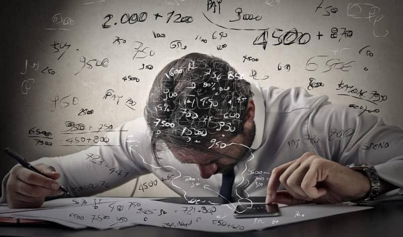 hombre realizando formulas matematicas