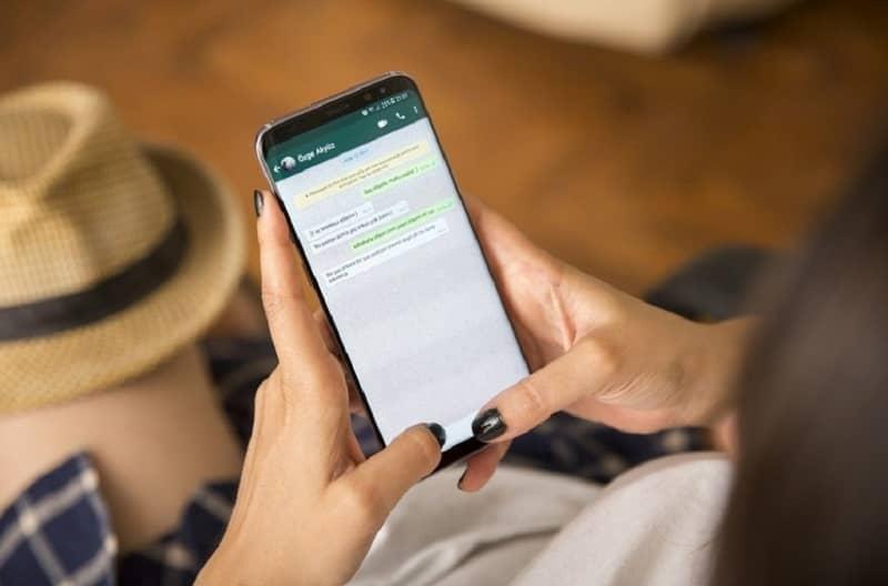 mujer manejando el chat de whatsapp