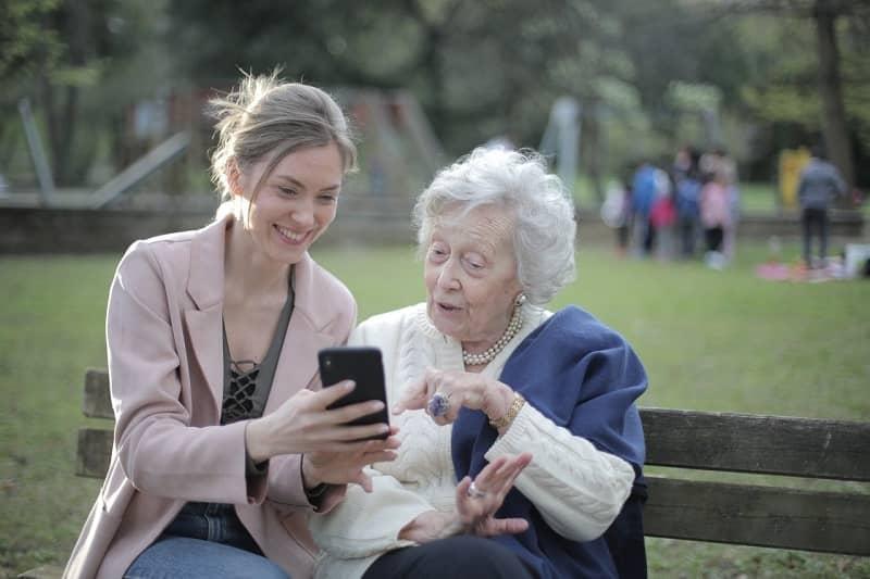 viendo celular anciana abuela