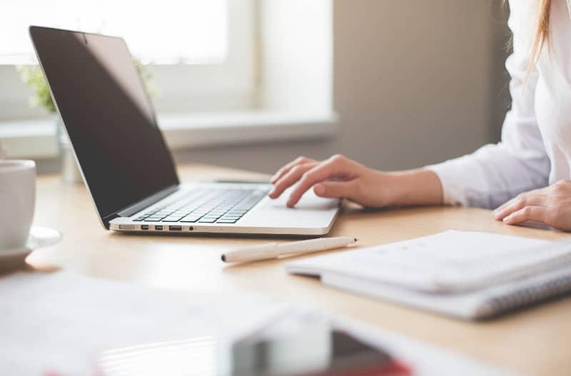 mujer trabaja en su laptop