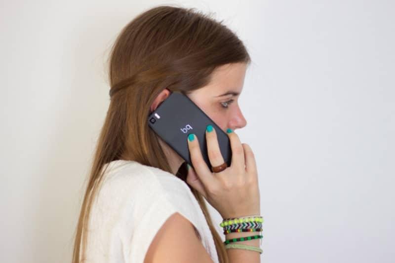 chica hablando por telefono