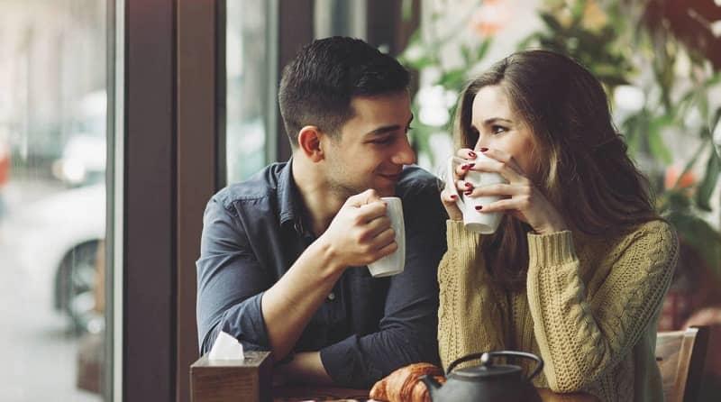 una pareja compartiendo un cafe