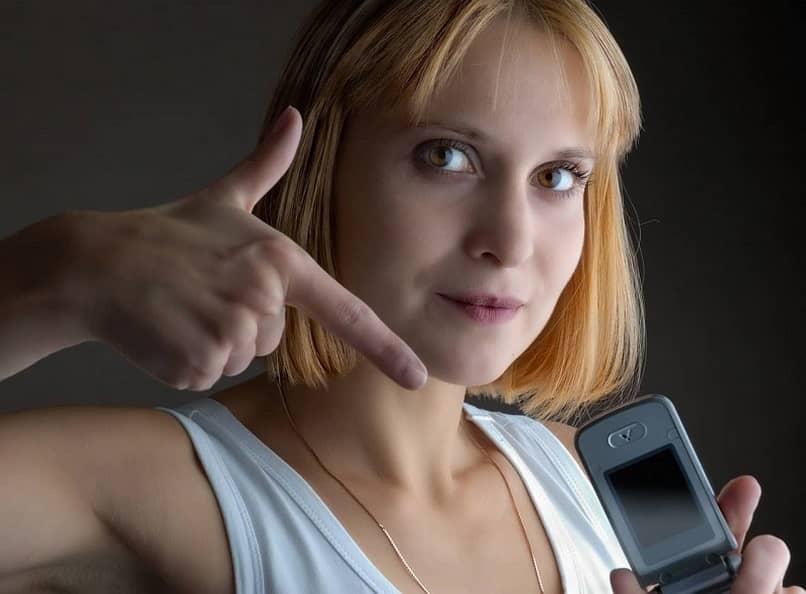 mujer mostrando telefono