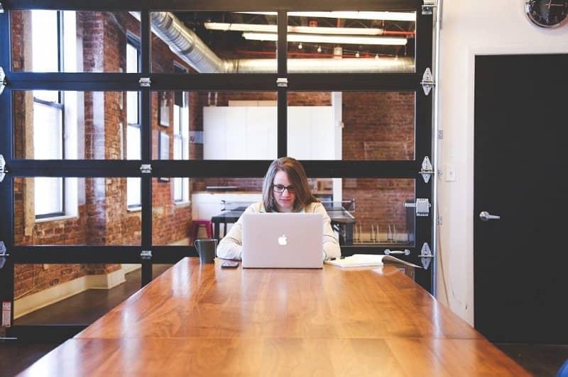 mujer laptop mesa