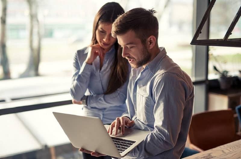 un hombre y una mujer trabajando