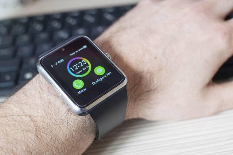 muneca con smartwatch