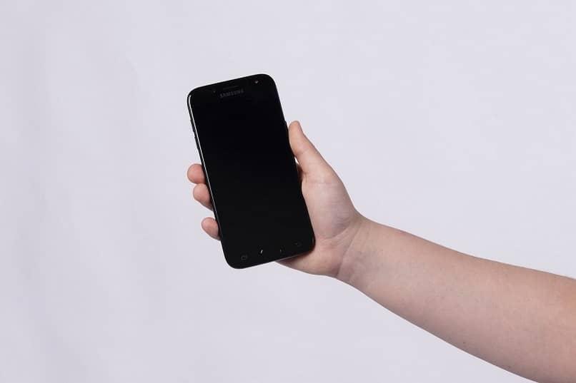 agarrar celular con la mano