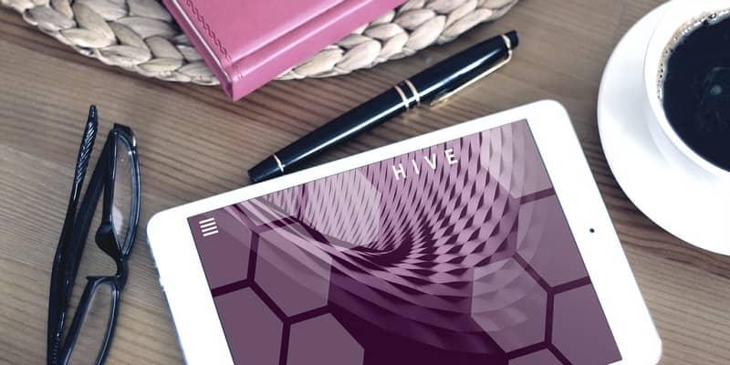 tablet con fondo rosa