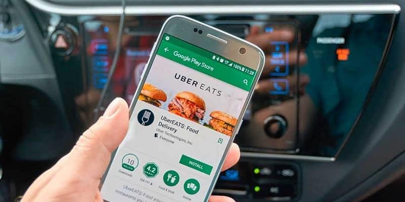 persona utilizando uber eats en el movil