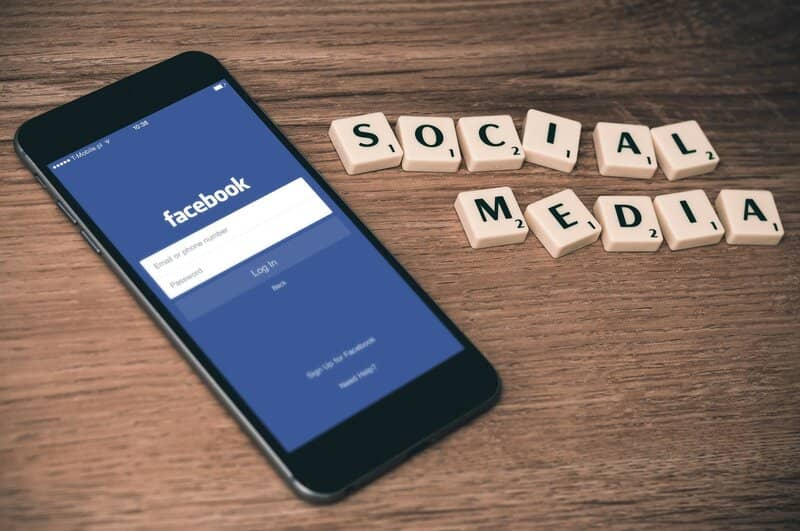 telefono android con facebook abierta