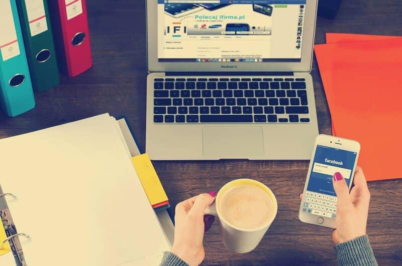 laptop y telefono facebook abierta